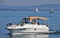 Un bateau à moteur d'occasion qui avance sur l'eau